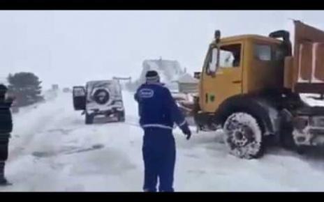 Mercedes Gelandewagen in Action! G-class Towing Heavy Snow Removal Machine