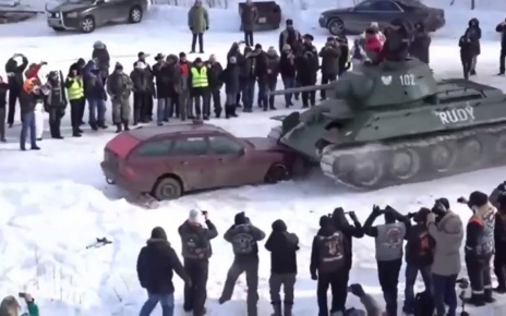 The Russians in action - Mercedes C-class W202 VS Т34 Tank